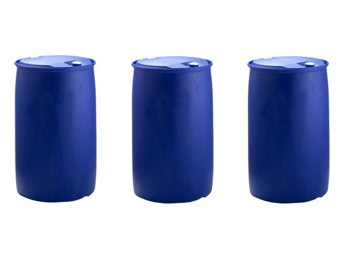 Drei blaue Kunststofffässer