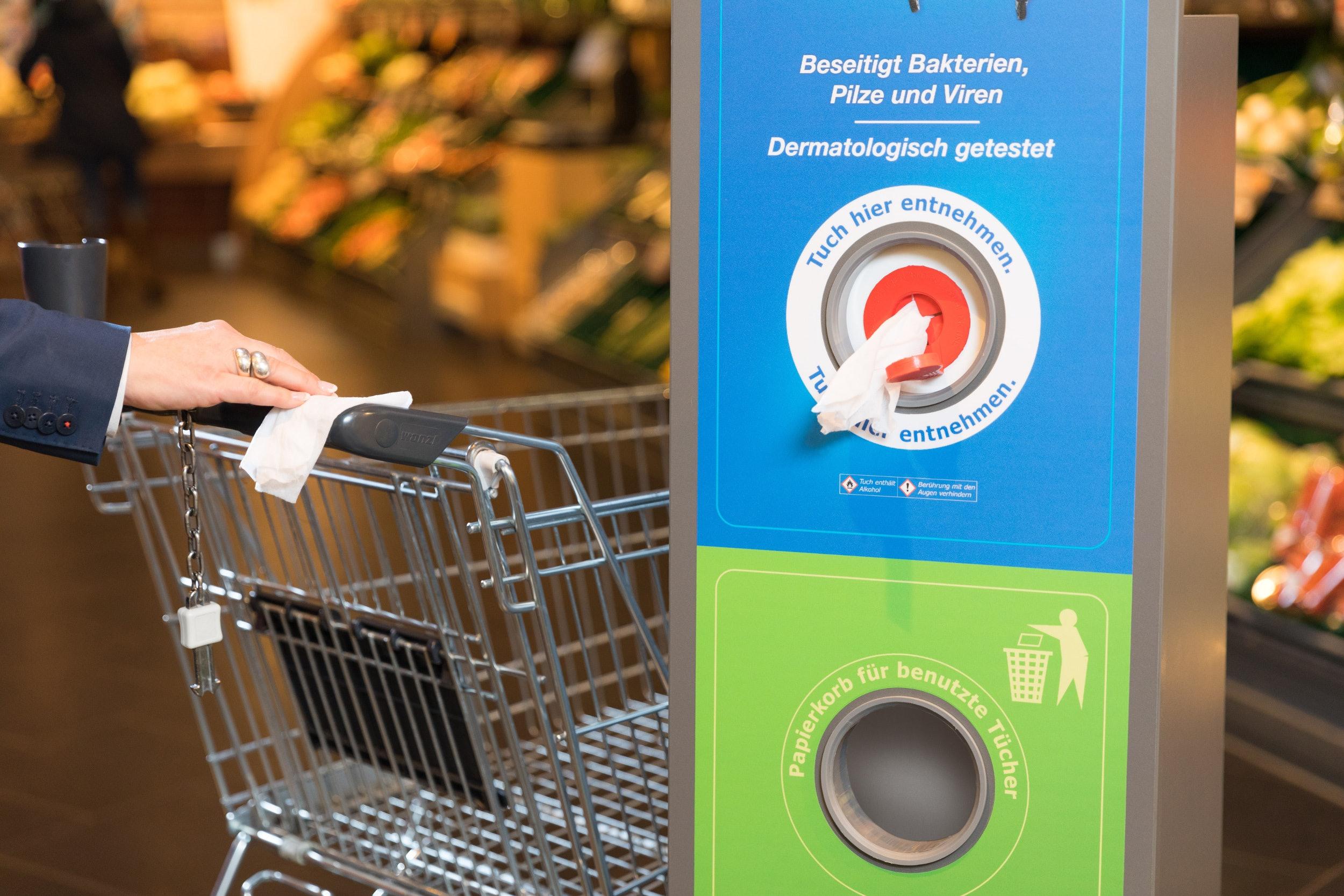 Nahaufnahme von einem Desinfektionstuchspender in einem Supermarkt