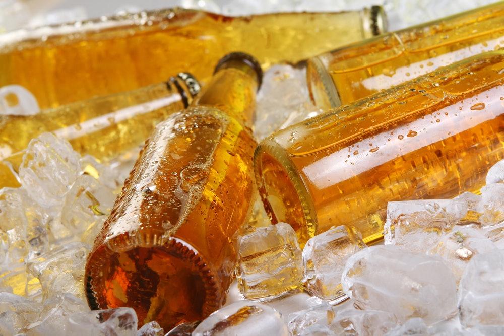 Gelbe Glasflaschen auf Eis