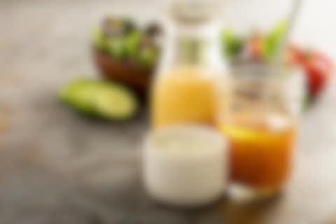 Verschiedene Soßen und Salatdressings